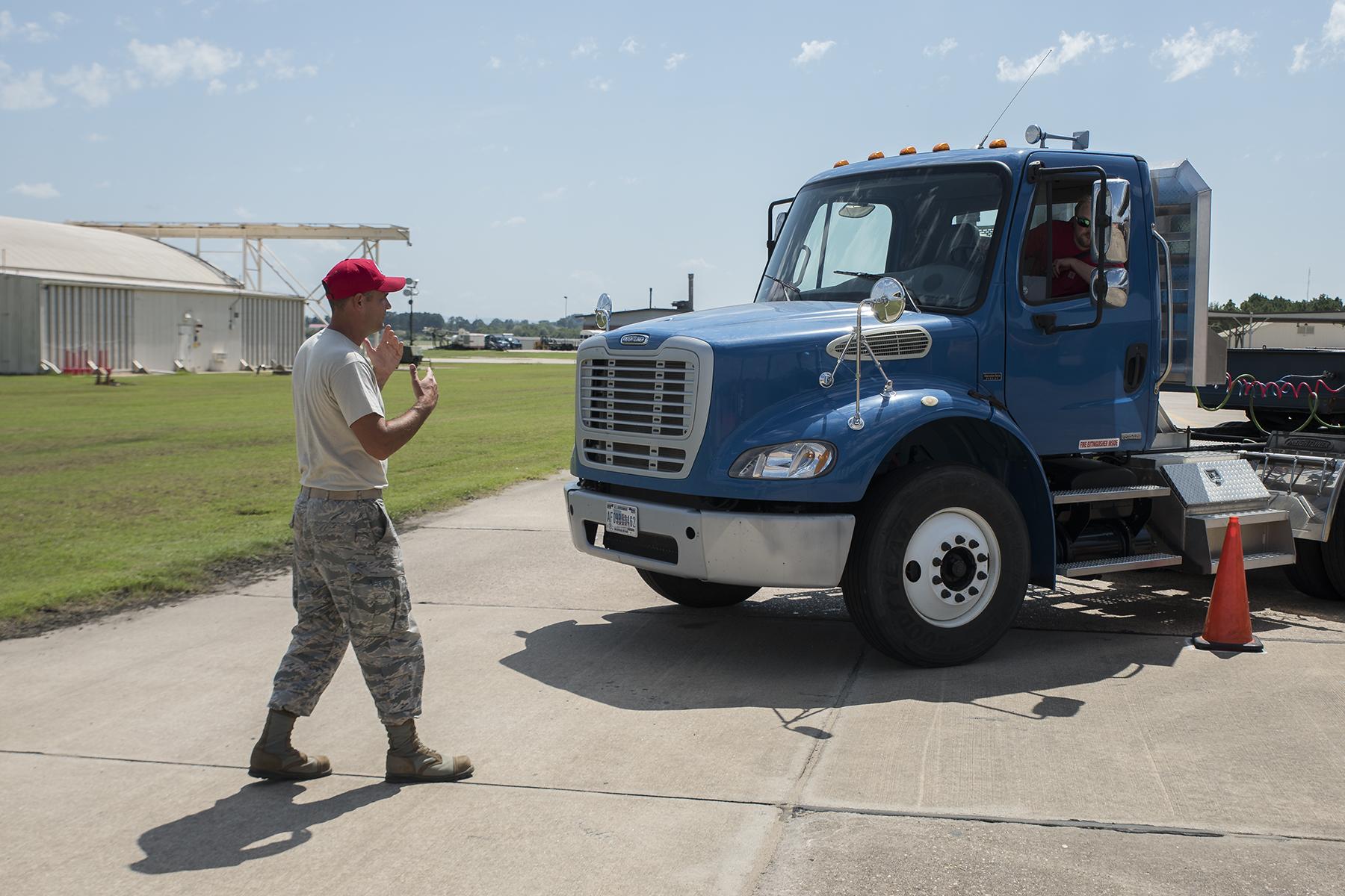 Hombre, Camión  y Pequeños Transportistas
